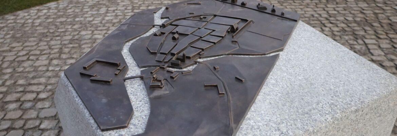 Na skwerze koło ratusza stanął kamień z planem miasta z 1780 r.