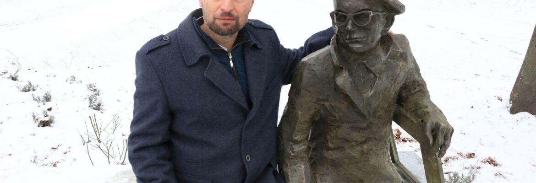 Zasłużony muzealnik doczekał się własnej ławeczki z rzeźbą